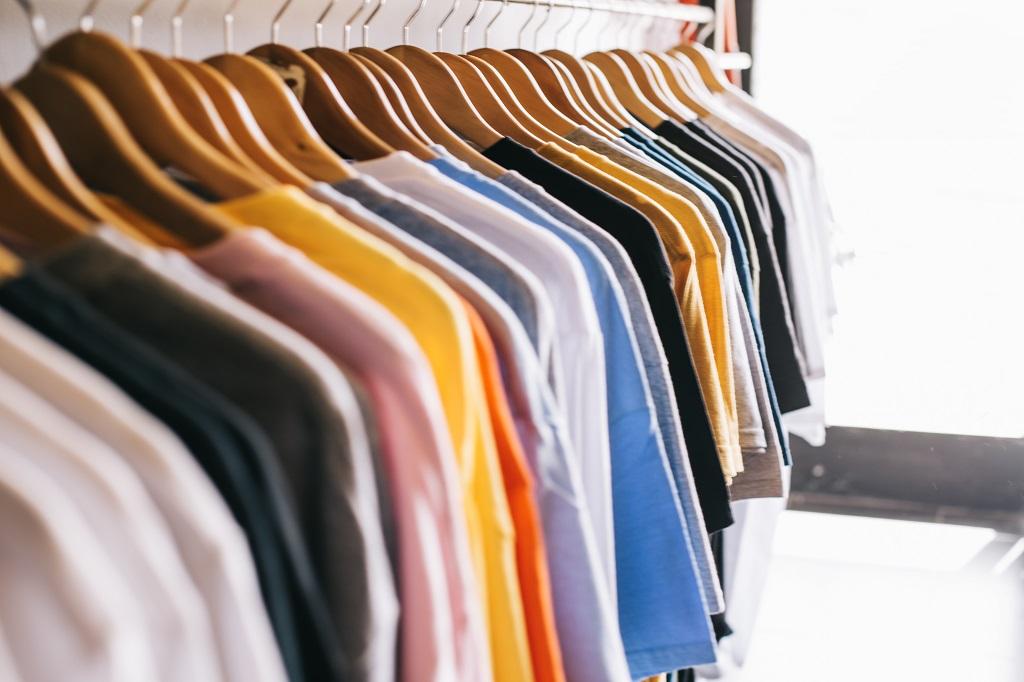 Mudanza con ropa colgada
